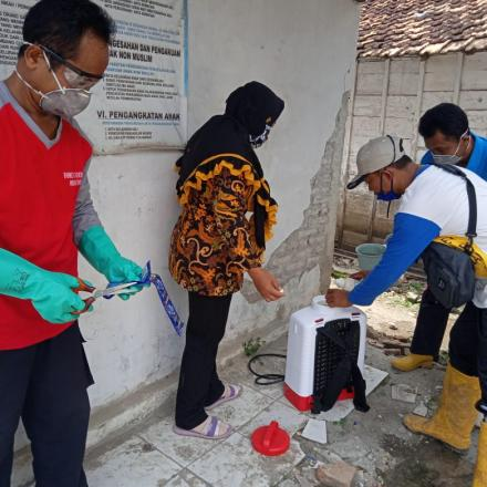 Tim Penyemprotan untuk pencegahan virus Corona ( covid 19) oleh Pak Kades dan Perangkat Desa Sudo
